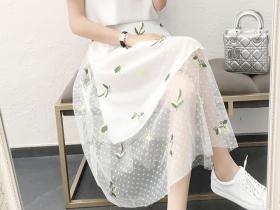 露肩上衣+时尚网纱半身裙,很有夏天的感觉!