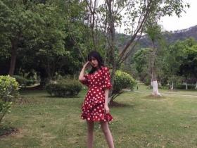 V领波点清新连衣裙,穿出法式小浪漫